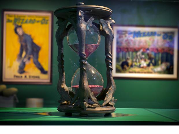 """电影""""绿野仙踪""""中使用的沙漏显示在缅因州罗克兰的法恩斯沃思博物馆。"""