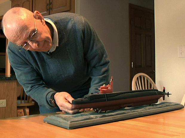 迈克尔·里格尔是康涅狄格州格罗顿美国海军潜艇基地的前指挥官,他在2013年11月6日在康涅狄格州普雷斯顿的家中看到了研究潜艇NR-1的模型。