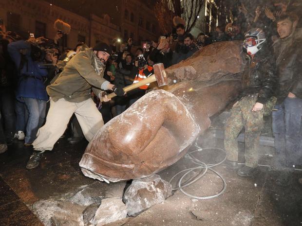 ukraine_lenin_AP16909455537.jpg