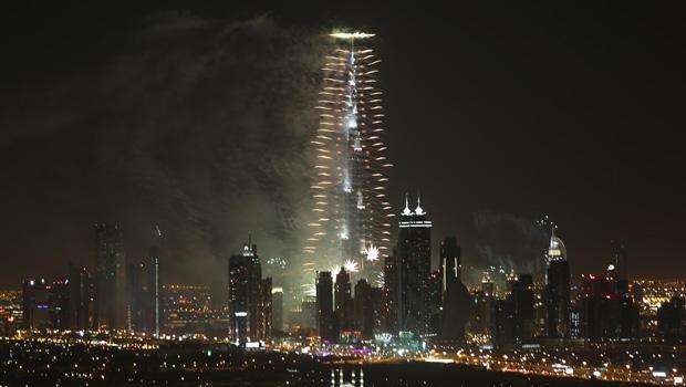 2014年1月1日,在迪拜,阿拉伯联合酋长国举行的庆祝新年庆祝活动,烟火爆炸从世界上最高的建筑物Burj Khalifa爆炸