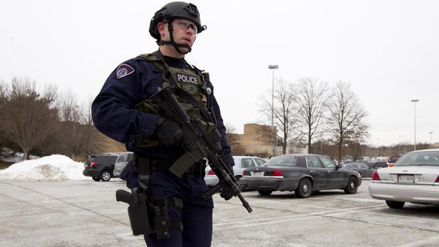 警方于2014年1月25日在马里兰州霍华德县进行多次射击后,从停车场搬入哥伦比亚购物中心。