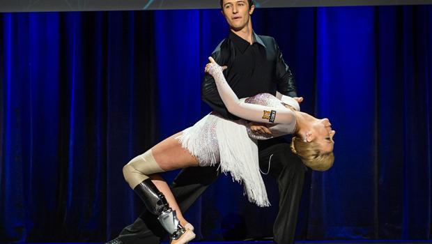 舞者Adrianne Haslet-Davis,2014年3月19日在不列颠哥伦比亚省温哥华举行的2014年TED大会上与舞蹈家Christian Lightner在舞台上表演,由TED 2014大会提供。
