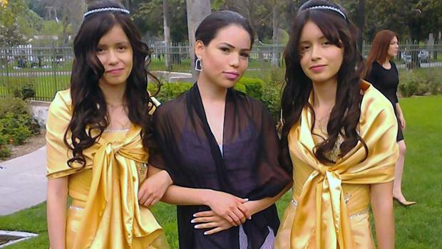 17岁的双胞胎姐妹Marisol Serrato和他们的嫂子Ivette Serrato的Marisaol Serrato在2013年由Miguel Serrato提供的照片中在加利福尼亚州里弗赛德举行的婚礼上露面。