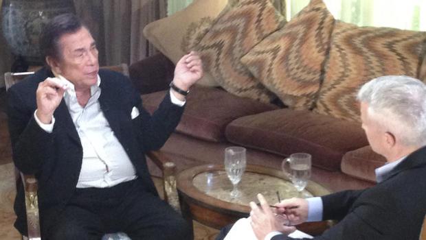洛杉矶快船队老板唐纳德斯特林(L)在接受采访时与美国有线电视新闻网的安德森库珀谈话