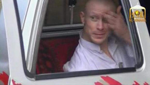 美国陆军中士Bowe Bergdahl在被释放前等待一辆小卡车