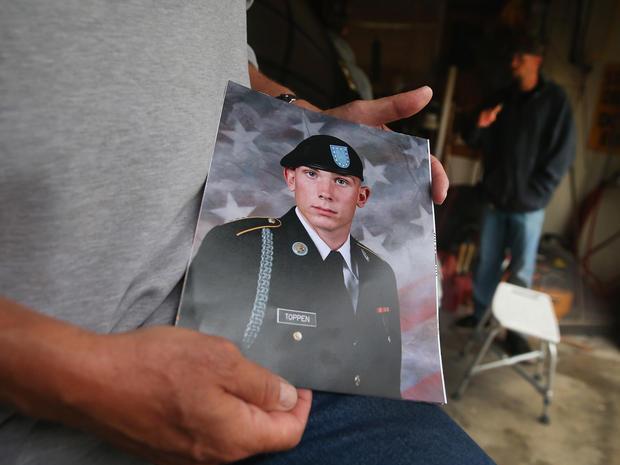 杰克·温特(Jack Winter)拍摄了他的侄子亚伦·托普彭(Aaron Toppen)的照片,因为家人和朋友聚集在一起为托普彭的母亲家感到悲伤