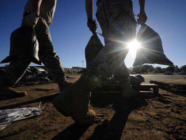 2014年6月20日,南达科他州国民警卫队在南苏州市的Sioux河沿岸填补沙袋,为大苏河的洪水做准备。