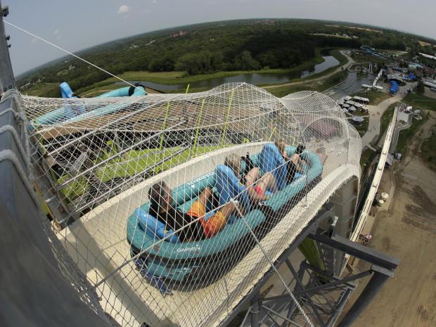 """2014年7月9日,在堪萨斯州堪萨斯城的Schlitterbahn水上乐园,车手沿着世界上最高的滑水道,名为""""Verruckt"""",在这张用鱼眼镜头拍摄的照片中。"""