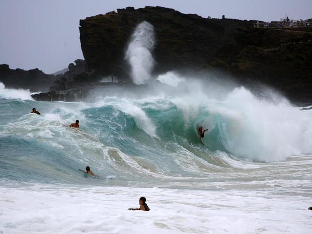 由于热带风暴Iselle在夏威夷檀香山,2014年8月8日穿过夏威夷群岛,因此Bodysurfers和boogie寄宿生在瓦胡岛东侧的沙滩上捕捉波浪。