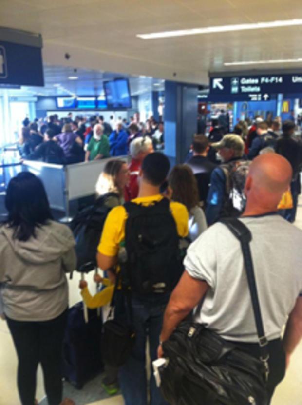 芝加哥奥黑尔国际机场的旅行者在FAA设施发生火灾后聚集在一起,导致所有航班进出芝加哥机场。