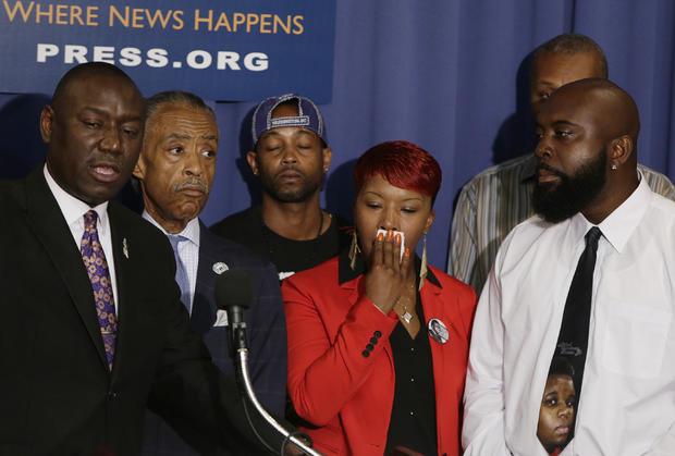 (L-R前线)布朗家族律师Benjamin Crump,美国民权领袖Rev. Al Sharpton,Michael Brown,Lesley McSpadden和Michael Brown,Sr。的父母。