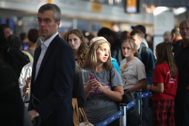 2014年9月26日,伊利诺伊州芝加哥奥黑尔国际机场的乘客排队等候登机。