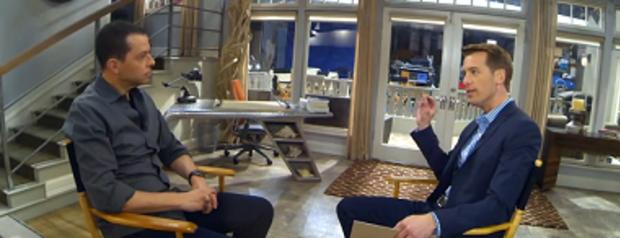 """哥伦比亚广播公司新闻记者Ben Tracy采访了""""两个半人""""联合主演Jon Cryer"""