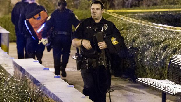 塔拉哈西警察调查2014年11月20日佛罗里达州塔拉哈西佛罗里达州立大学校园Strozier图书馆外的一次枪击事件。