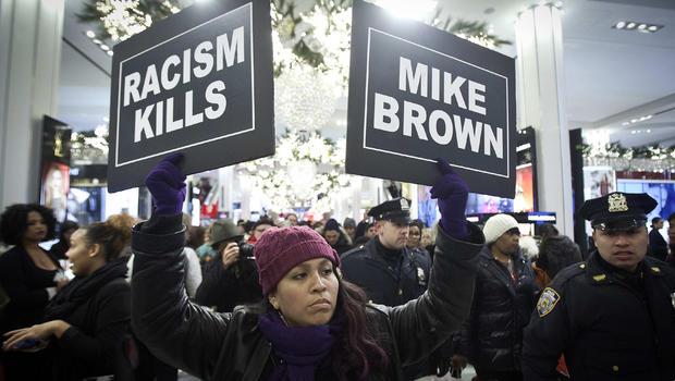 2014年11月28日,一名抗议者在纽约市梅西的旗舰店游行,支持已故迈克尔·布朗。这位手无寸铁的18岁男子在密苏里州的弗格森被警察Darren Wilson枪杀。
