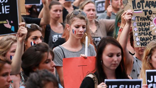 2015年1月8日,在澳大利亚墨尔本联邦广场举行的巴黎枪击事件受害者守夜期间,送葬者齐聚一堂。