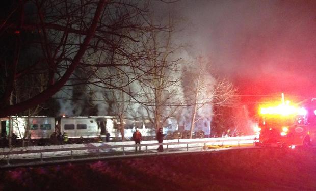 第一响应者在2015年2月3日在纽约瓦尔哈拉的火车事故现场工作