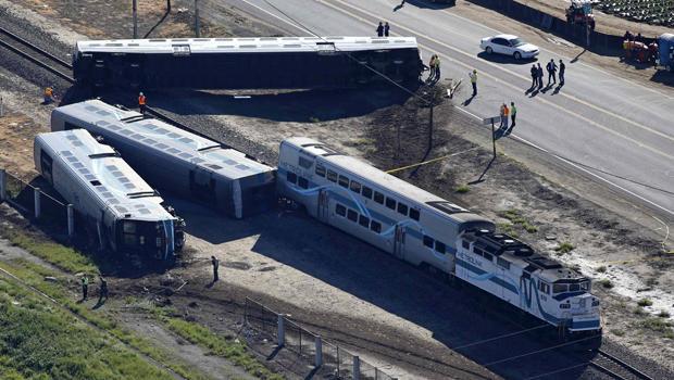 2015年2月24日,加利福尼亚州奥克斯纳德的双层Metrolink火车出轨场景的鸟瞰图