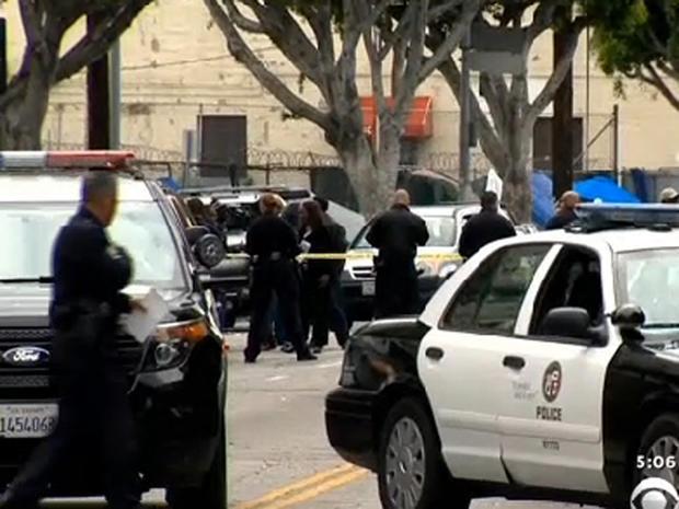 警察射击场面在2015年3月1日的L.A.的滑行行的人