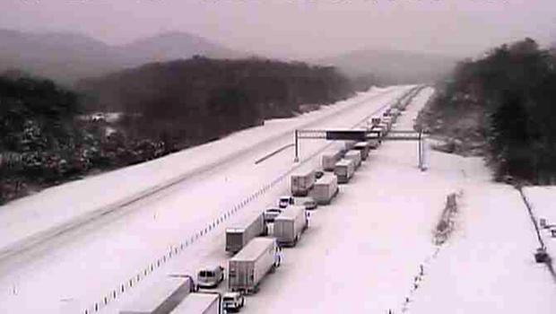 来自Kentucky Transportation Cabinet相机的静止图像显示,2015年3月5日肯塔基州路易斯维尔以南的65号州际公路上搁置了一系列卡车。