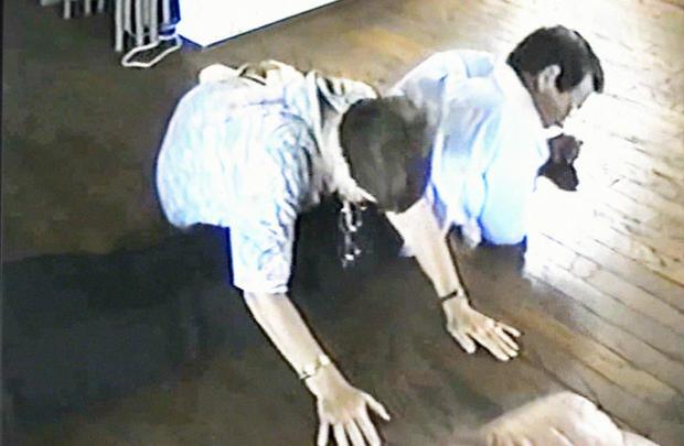 1994年,Bunny Lehton向调查人员展示了她是如何被迫躺在地板上的