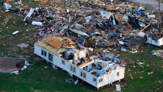 这张航拍照片显示2015年3月26日在俄克拉何马州桑德斯普林斯的奥克斯移动房屋公园的风暴损坏。