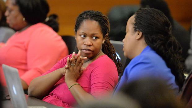 左边的Dunbar小学老师Shani Robinson和她的辩护律师Annette Greene于2015年3月19日在亚特兰大富尔顿县高级法院进行了演讲。