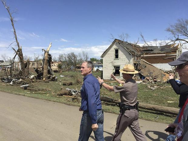 南达科他州州长丹尼斯·道加德(左)调查南达科他州德尔蒙特在这张讲义照片中遭遇龙卷风造成的破坏