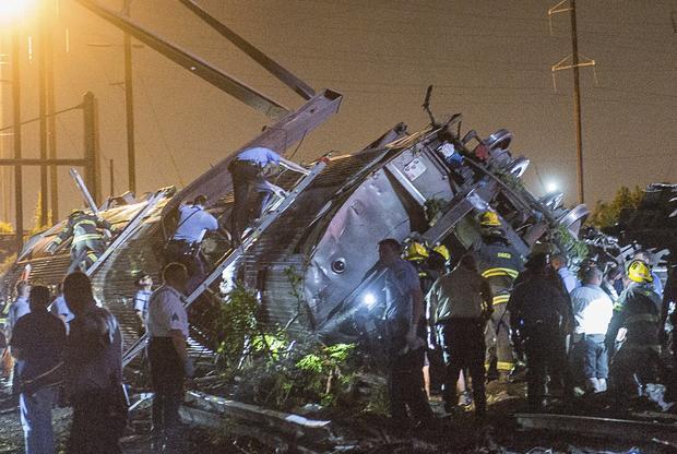 救援人员在费城出轨的Amtrak火车残骸中寻找受害者