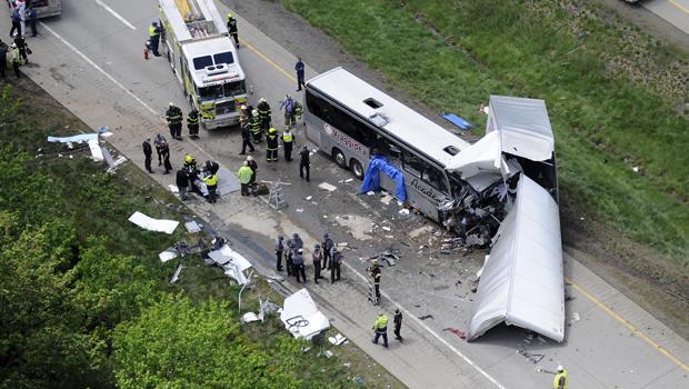 当局调查2015年6月3日在宾夕法尼亚州波科诺山附近的380号州际公路上的牵引车和旅游巴士之间发生致命碰撞的现场。
