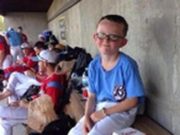 Liberal B; ue Jays蝙蝠男孩Kaiser Carlile,9岁,在比赛期间的防空洞