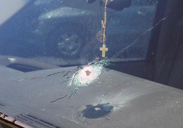 亚利桑那州公共安全部发布的这张未注明日期的照片显示了凤凰城车辆挡风玻璃上的一个弹孔。