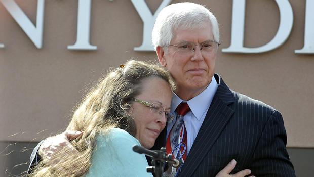 金戴维斯于2015年9月8日在肯塔基州格雷森走出监狱后,拥抱了她的律师马修·斯图弗。
