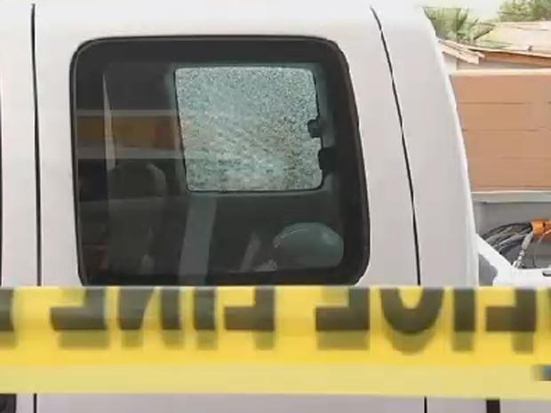 2015年9月9日,当车辆在凤凰城地区高速公路上行驶时,可能出现最新的车窗玻璃后,可以看到皮卡车破碎的窗户