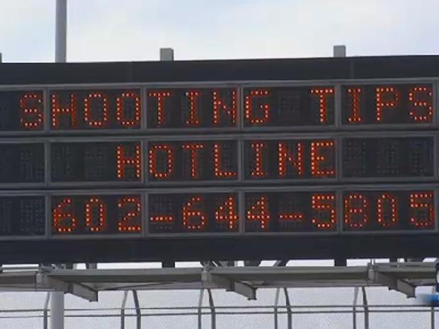 公路标志在2015年9月9日在凤凰城看到由于当局对城市高速公路上的一系列事件进行了调查,人们打电话给小费,其中过往车辆的车窗被射出