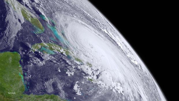在2015年10月1日东部时间上午8点拍摄的NOAA GOES West卫星图像中,可以看到飓风华金在大西洋的巴哈马群岛上空。