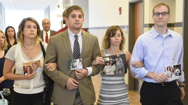 [博士Robert Neulander的孩子,Jenna,Ari,Emily和Brian,到法庭判决他们的父亲。