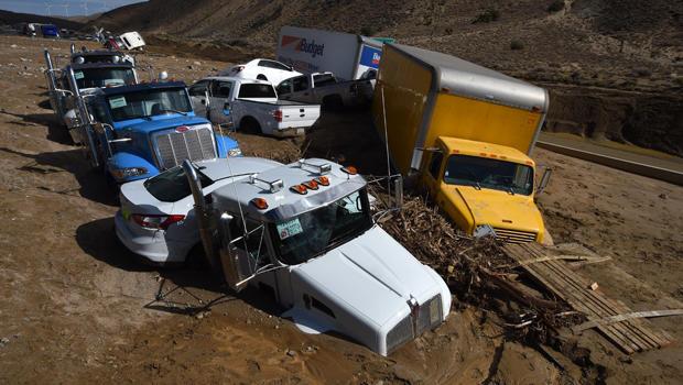 2015年10月16日,加利福尼亚州Mojave的加利福尼亚58号高速公路被泥石流困住后,车辆被困在道路上,此前暴雨淹没了该地区并迫使司机和乘客步行逃离。