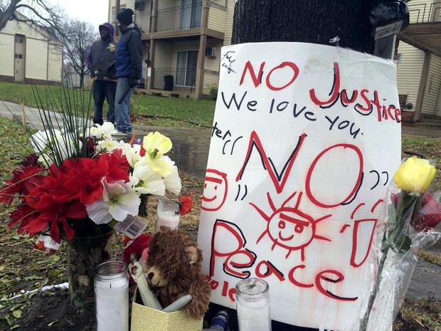在据称明尼阿波利斯警方枪杀Jamar Clark的地方可以看到一个临时纪念碑