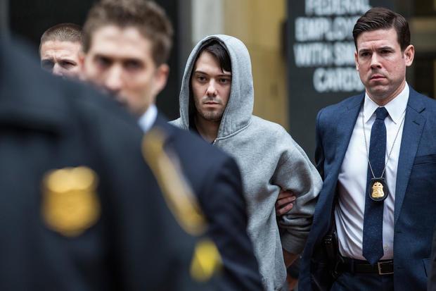 图灵制药公司首席执行官Martin Shkreli于2015年12月17日在纽约市因证券欺诈被捕后被执法官员带出26联邦广场。