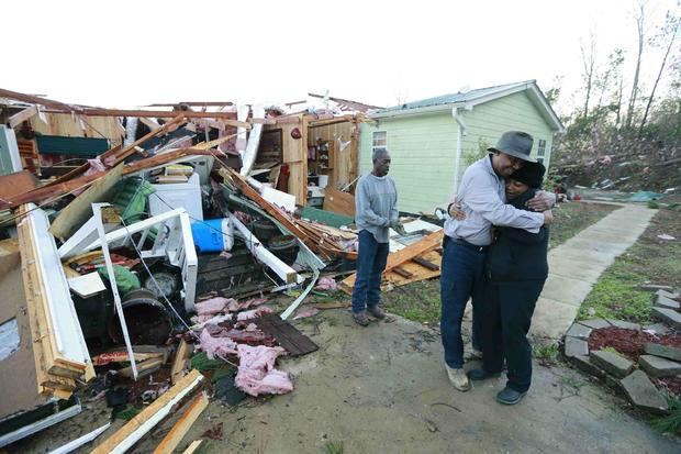 菲利斯·埃文斯于2015年12月24日早些时候从哈维·佩恩那里得到一个拥抱,此前他在密西西比州霍利斯普林斯遭遇龙卷风袭击后停下来检查她和她的家。
