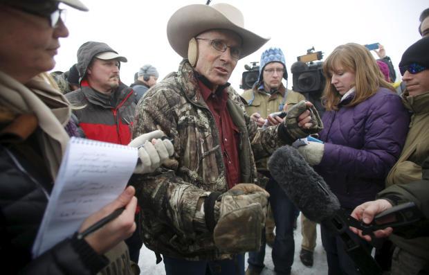 """亚利桑那州牛牧场主Robert""""LaVoy""""Finicum于2016年1月5日在俄勒冈州伯恩斯附近的Malheur国家野生动物保护区与媒体对话。"""
