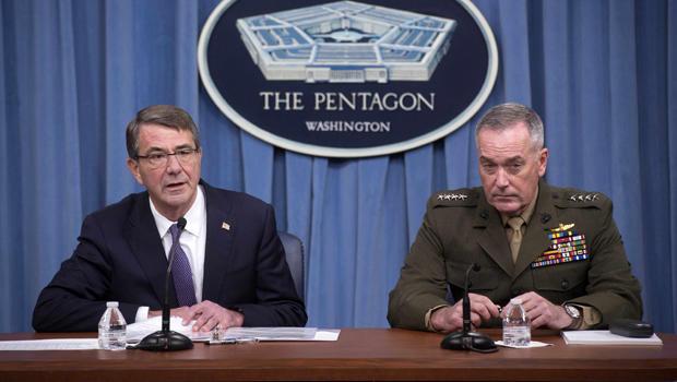 美国国防部长阿什卡特左翼和参谋长联席会议主席约瑟夫邓福德将于2016年3月25日向五角大楼的反ISIS行动发表讲话。