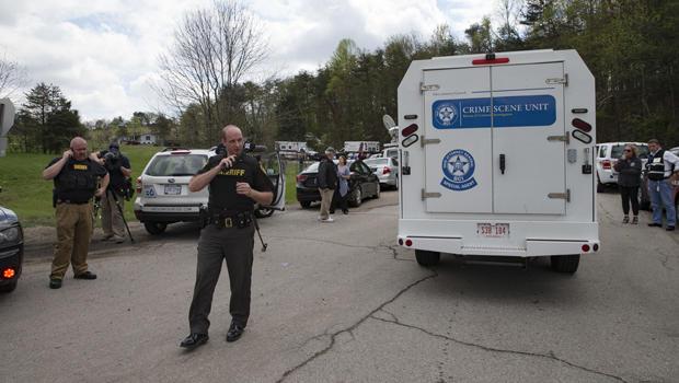 当局允许犯罪现场调查车辆在2016年4月22日在俄亥俄州派克县的犯罪现场附近通过外围检查站。