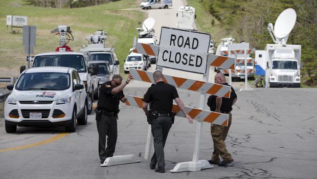 当局在2016年4月22日在俄亥俄州派克县的犯罪现场周边的Union Hill Road和32号公路交叉口设置路障。