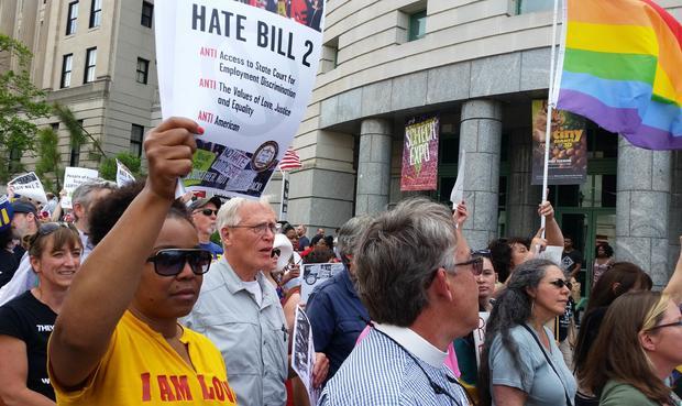 """抗议者向北卡罗来纳州的""""HB2""""(众议院法案2)法案表示反对,他们称之为""""仇恨法案2"""",他们敦促立法者在2016年4月25日在北卡罗来纳州罗利召开短期会议时废除立法者"""