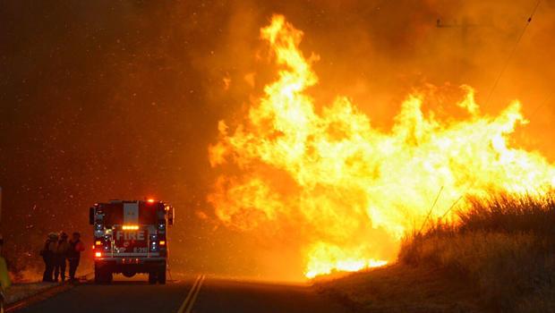 2016年6月16日,来自Lompoc市消防局的消防员在他们的发动机后面避风,因为风力驱动的火焰从夏尔巴火灾中前进。火焰正在加利福尼亚州圣巴巴拉县的El Capitan州立公园附近穿过Calle Real。
