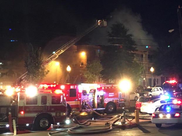 消防员战斗公寓大厦在2016年8月11日的马里兰州银泉,大火