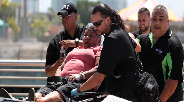 2016年8月17日,波多黎各圣胡安大约两英里外的一艘船被救出后,一名来自加勒比海幻想的乘客被抬上担架。