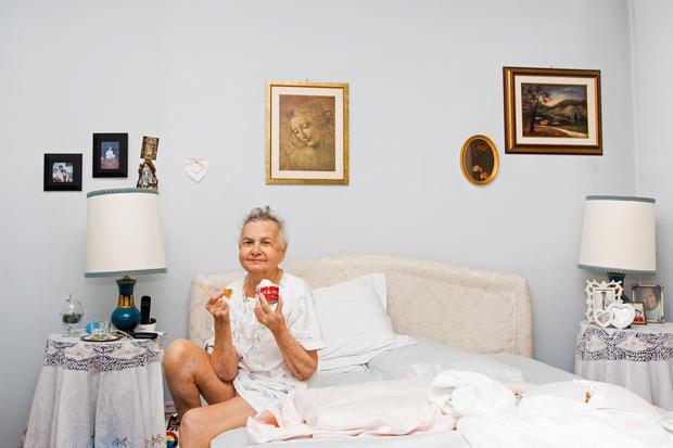 Photographer documents her grandmother's last days